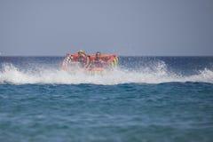 Barco de goma que se vuelca en el Mar Rojo Foto de archivo