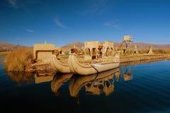 Barco de lámina e isla flotante, lago Titicaca Foto de archivo libre de regalías