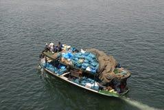 Barco de la basura en la nada Fotos de archivo