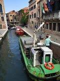Barco de la basura en Venecia Fotos de archivo