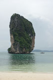 Barco de la cola larga cerca de la pequeña isla de piedra en la playa de Poda Imágenes de archivo libres de regalías