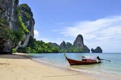Barco de la cola larga en la playa de Tonsai cerca de Railay Foto de archivo
