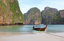 Barco de la cola larga en la playa tropical con la roca de la piedra caliza, Krabi, Tailandia Imágenes de archivo libres de regalías