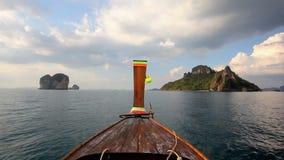 Barco de la cola larga en Tailandia almacen de metraje de vídeo