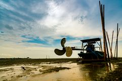 Barco de la cuchilla en costa de mar con el cielo azul y las nubes blancas en el boatyard Propulsor del barco del longtail en el  imagenes de archivo