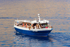 Barco de la excursión con los turistas Fotos de archivo