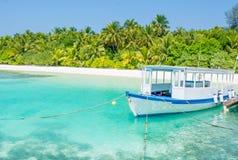 Barco de la excursión del buceo con escafandra atracado en el embarcadero Fotografía de archivo