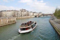 Barco de la excursión del Sena del río, París Foto de archivo libre de regalías