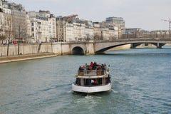 Barco de la excursión del Sena del río, París Fotos de archivo libres de regalías
