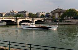 Barco de la excursión en el Sena en París Foto de archivo libre de regalías