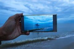 Barco de la foto en el mar en el móvil fotos de archivo libres de regalías
