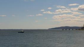 Barco de la langosta en el amarre en bahía de Penobscot Maine metrajes