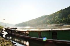 barco de la Largo-cola con la bandera, Laos Imágenes de archivo libres de regalías