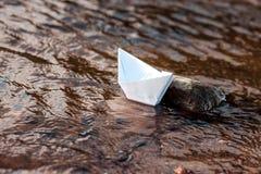 Barco de la papiroflexia del Libro Blanco en el río ?rbol en campo fotografía de archivo