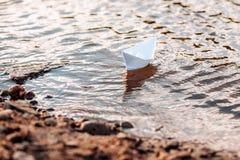 Barco de la papiroflexia del Libro Blanco en el r?o ?rbol en campo imágenes de archivo libres de regalías
