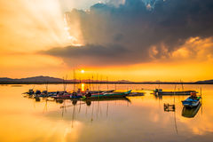 Barco de la pesca en agua dulce imágenes de archivo libres de regalías