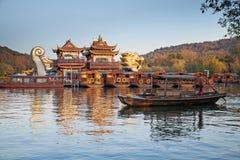 Barco de la reconstrucción del chino tradicional con los turistas y el barquero Fotografía de archivo