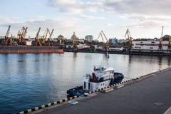 barco de la remolque fijado en puerto marítimo fotos de archivo