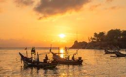 Barco de la salida del sol y de pesca Fotografía de archivo libre de regalías