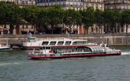 Barco de la travesía del Sena del río en París Imagen de archivo libre de regalías
