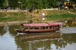 Barco de la travesía del viaje con los turistas en Mae Ping River Chiang Mai Thailand Fotografía de archivo