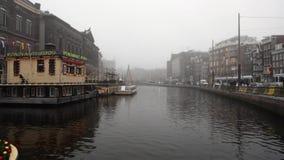 Barco de la travesía en canales de Amsterdam en la tarde de niebla Lapso de tiempo almacen de video