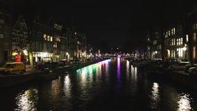 Barco de la travesía en canales de la noche de Amsterdam Lapso de tiempo metrajes