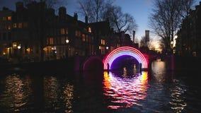 Barco de la travesía en canales de la noche de Amsterdam Lapso de tiempo almacen de video