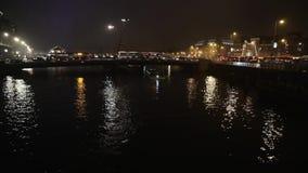 Barco de la travesía en canales de la noche de Amsterdam Lapso de tiempo almacen de metraje de vídeo