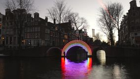 Barco de la travesía en canales de la tarde de Amsterdam Lapso de tiempo