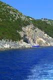 Barco de la travesía en cueva del mar de Papanikolis Fotografía de archivo