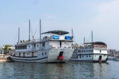 Barco de la travesía en el puerto de Halong Fotos de archivo