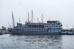 Barco de la travesía en el puerto de Halong Imagen de archivo libre de regalías