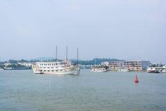 Barco de la travesía en el puerto de Halong Fotos de archivo libres de regalías