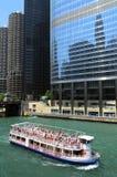 Barco de la travesía en el río de Chicago Imagen de archivo libre de regalías