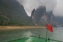 Barco de la travesía en el río de Li en Yangshuo, China Foto de archivo libre de regalías