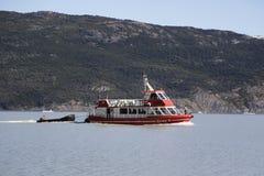 Barco de la travesía en Grey Lake en el parque nacional Torres del Paine en Patagonia Imagen de archivo
