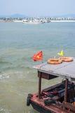 Barco de la travesía en la bahía de Halong Imagenes de archivo