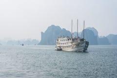 Barco de la travesía en la bahía de Halong Fotos de archivo libres de regalías