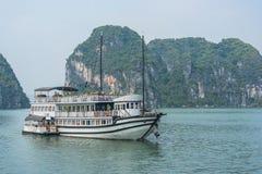 Barco de la travesía en la bahía de Halong Foto de archivo libre de regalías