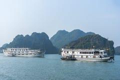 Barco de la travesía en la bahía de Halong Foto de archivo