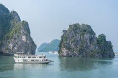 Barco de la travesía en la bahía de Halong Imagen de archivo libre de regalías