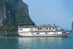 Barco de la travesía en la bahía de Halong Fotografía de archivo libre de regalías