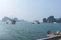 Barco de la travesía en la bahía de Halong Fotografía de archivo