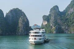 Barco de la travesía en la bahía de Halong Fotos de archivo
