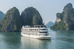 Barco de la travesía en la bahía de Halong Imágenes de archivo libres de regalías