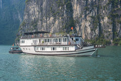 Barco de la travesía en la bahía de Halong Imagen de archivo