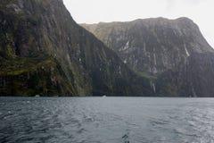Barco de la travesía en Milford Sound Foto de archivo libre de regalías