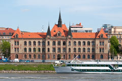 Barco de la travesía y edificio histórico en Bratislava Imagen de archivo libre de regalías