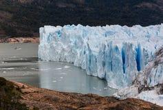 Barco de la travesía que se acerca a Perito Moreno Glacier Imagen de archivo libre de regalías